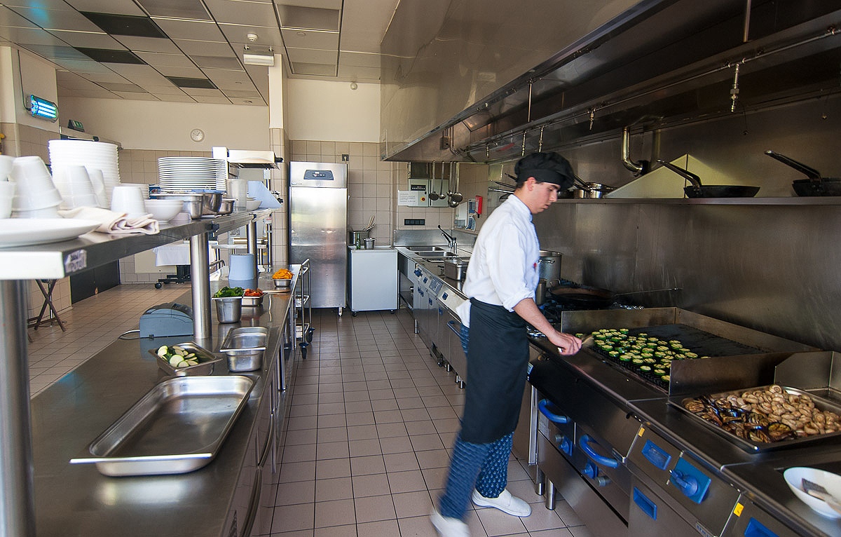 En el interior de una gran cocina as funciona un for Puertas para cocinas industriales