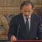 El subsecretario del Ministerio de Presidencia, Jaime Pérez, da lectura a la ley de abdicación