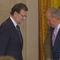 Saludo de Rajoy al Rey momentos antes de la firma