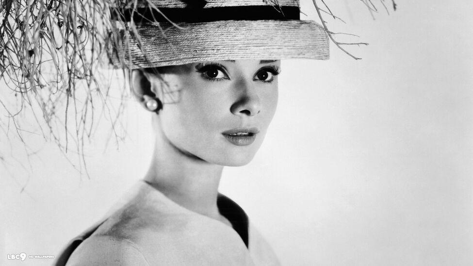 Audrey Hepburn no era la mujer dulce e ingenua de sus películas 21-audrey-hepburn-fashion-wallpaper