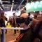Realidad virtual: Un joven prueba unas gafas de realidad virtual, con auriculares incluidos.