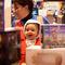 El mercadillo de videojuegos y consolas también tiene un sitio en la feria. En este caso se trata de Retro Egara, donde Liliana atendía, junto a su pequeño bebé, a los visitantes.