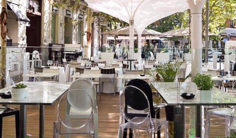 Se Encadenan A Una Popular Terraza De Madrid Para Evitar Que