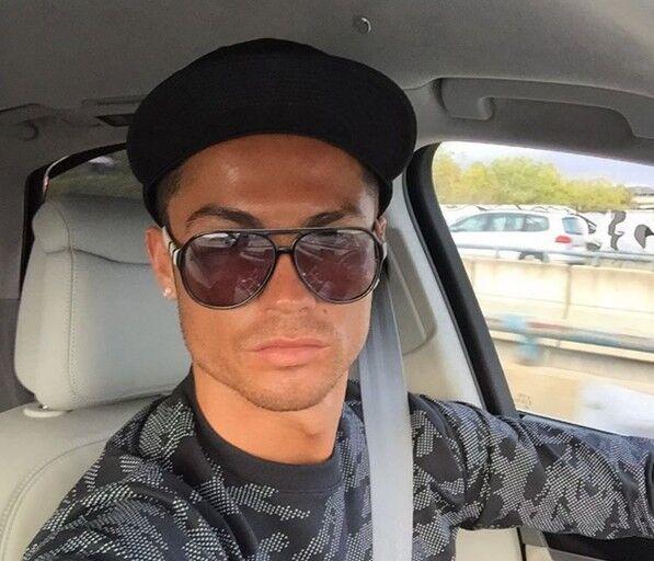 f730750778 Cristiano Ronaldo se hace un 'selfie' conduciendo - Chic
