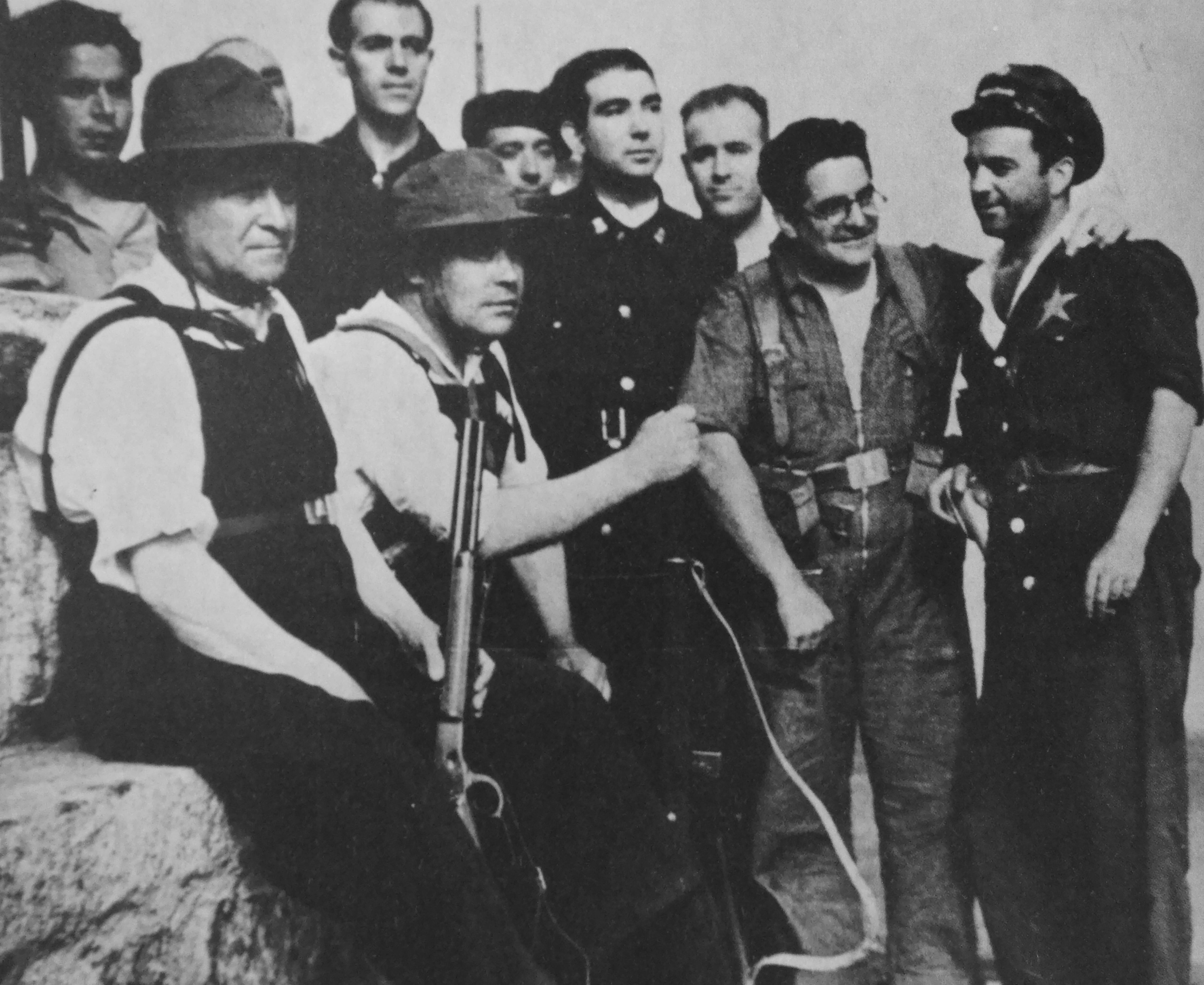 Vistando a las tropas republicanas en 1936