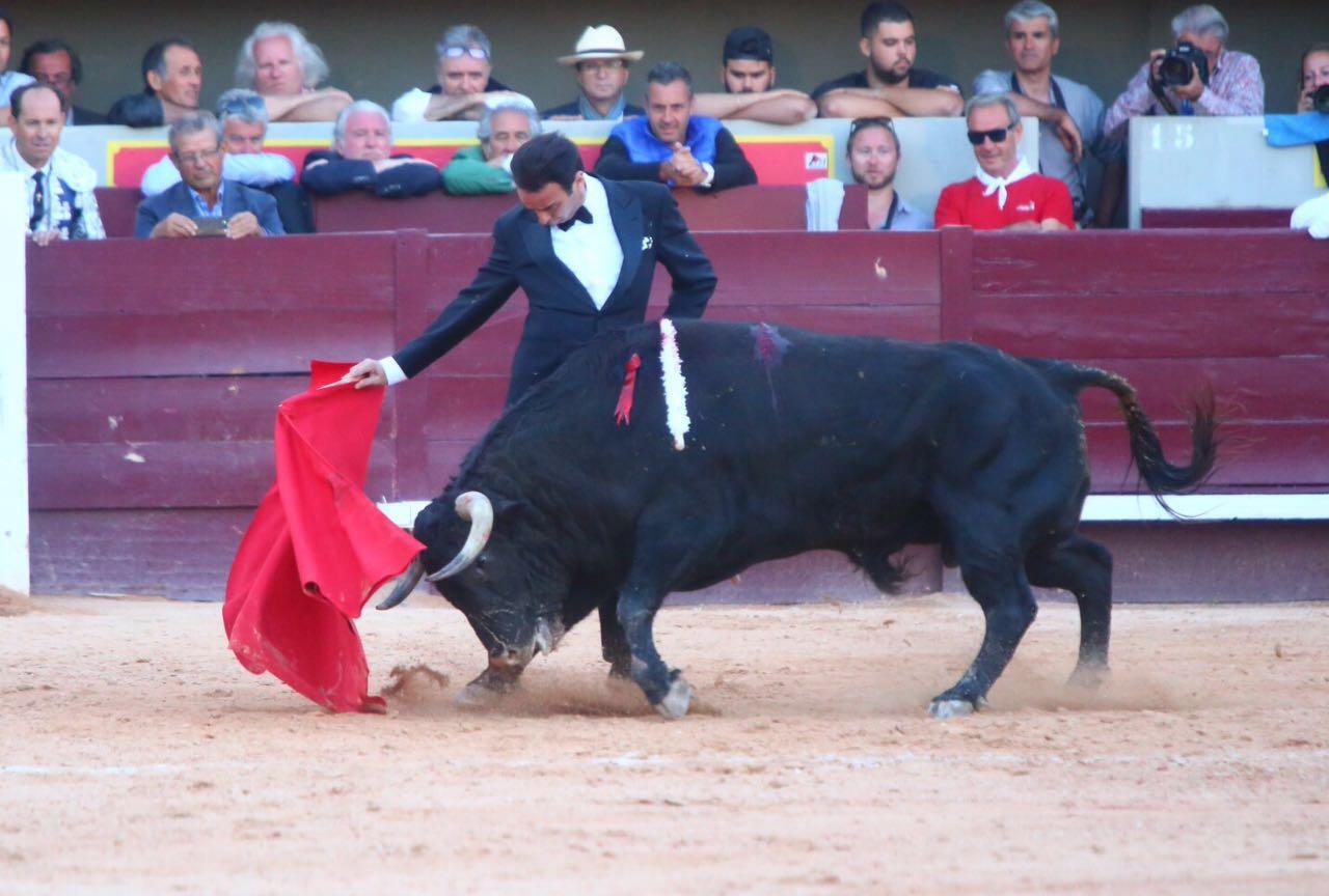 Enrique Ponce se da un festín de toreo vestido de esmoquin ...