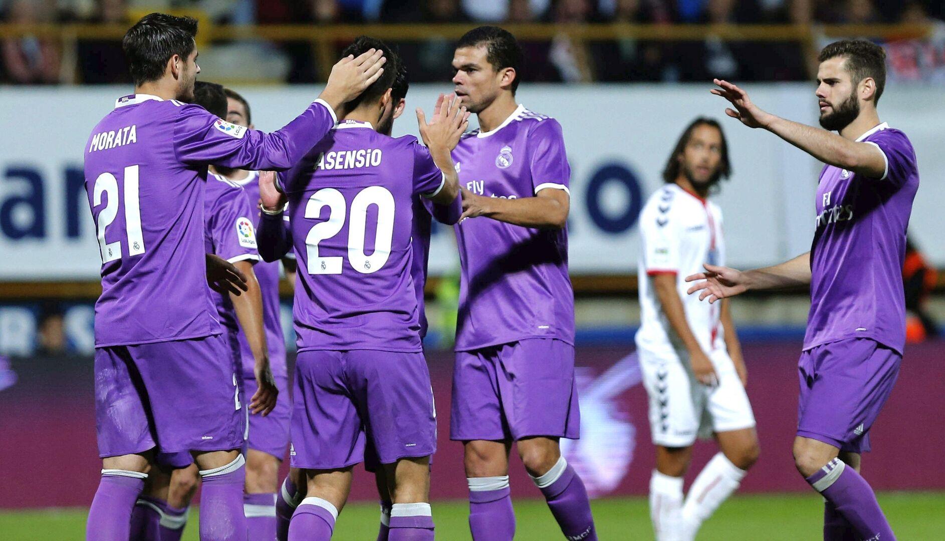 Los jugadores del Real Madrid celebran uno de los siete goles ante la  Cultural Leonesa.  4b80ff38d67b0
