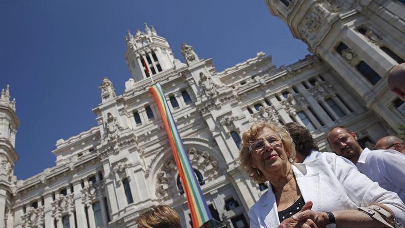 Homosexualismo y temas relacionados - Página 2 Carmena-bandera-gay-efe-2016