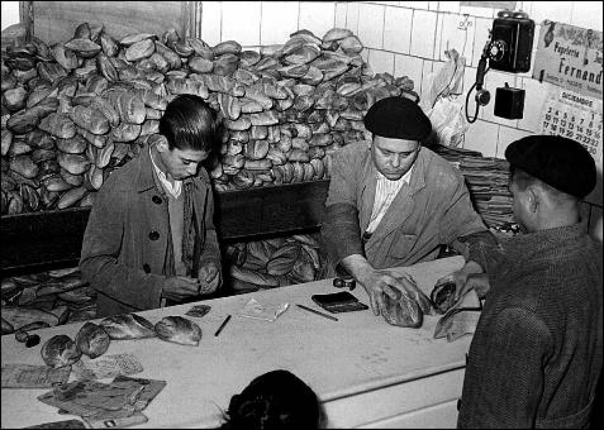 Resultado de imagen de hambre postguerra pan