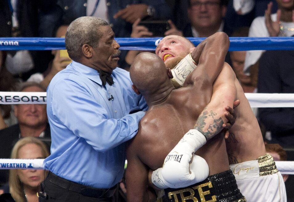Mayweather gana por KO técnico a McGregor en un combate decepcionante