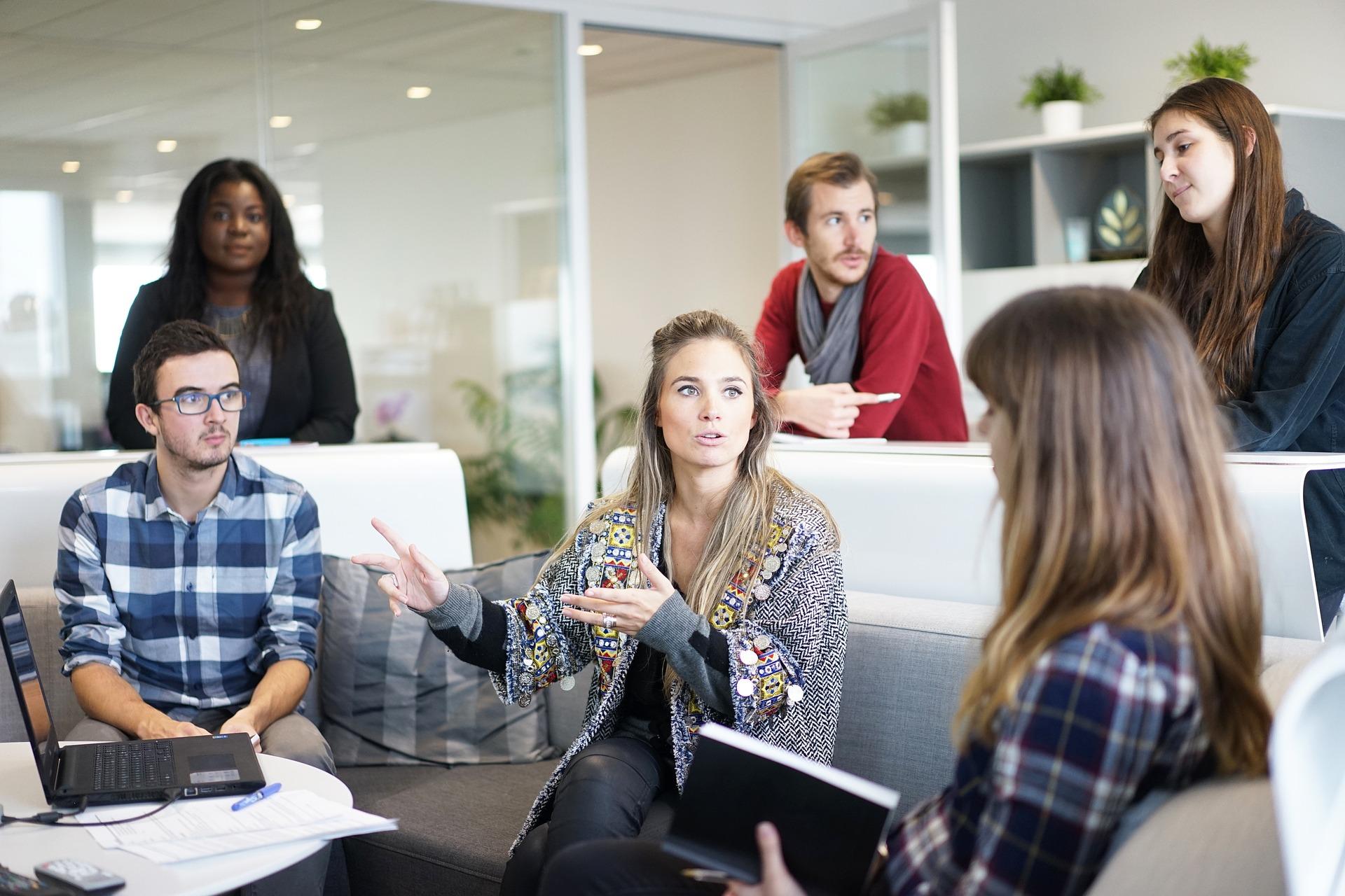 lugar-de-trabajo-equipo-reunion-de-negoc