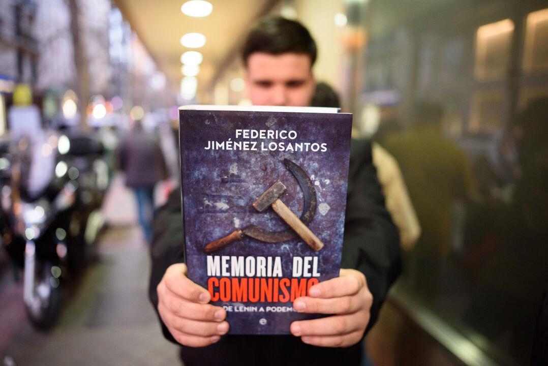 firma-libro-memoria-del-comunismo-federico-7.jpg