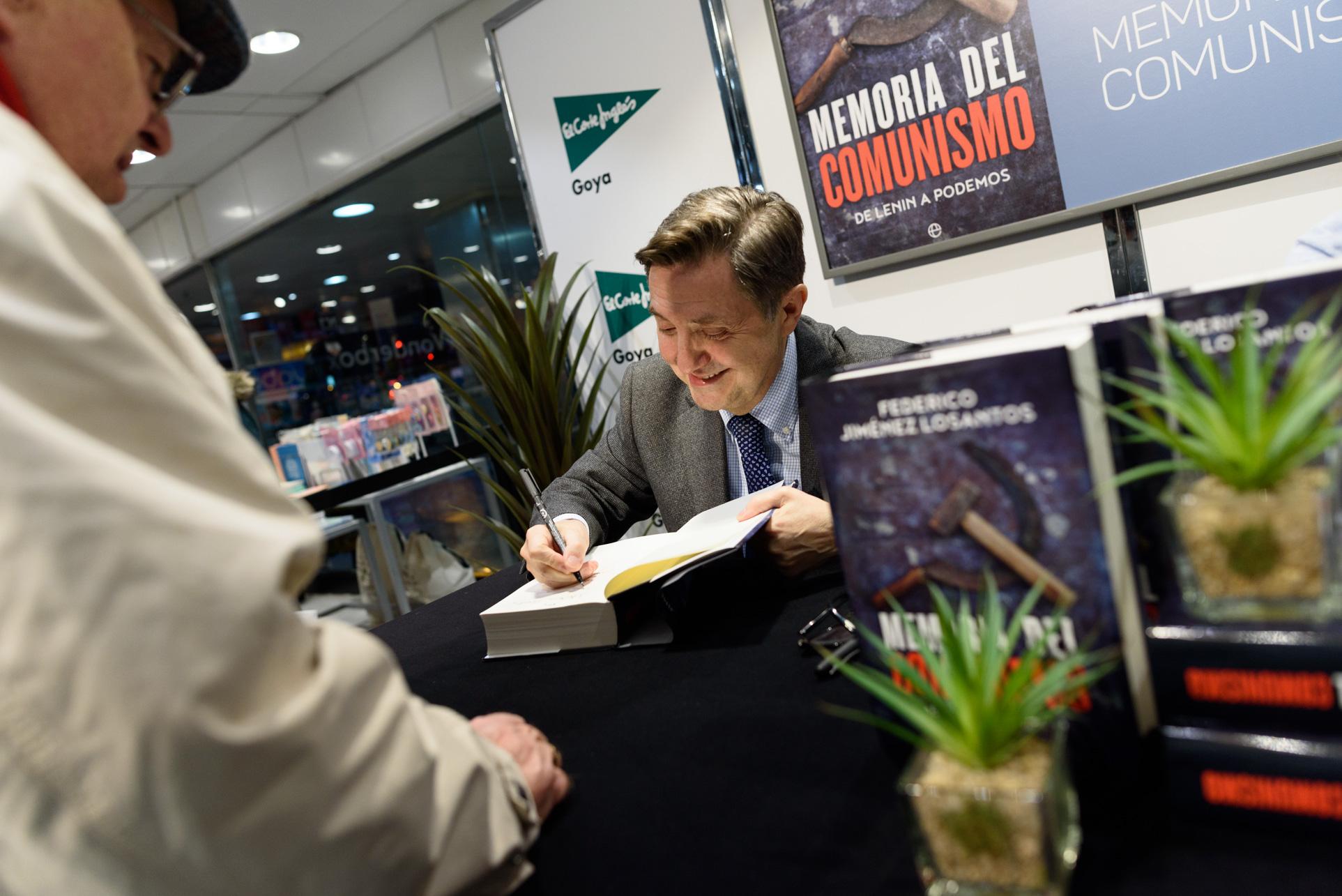 firma-libro-memoria-del-comunismo-federi