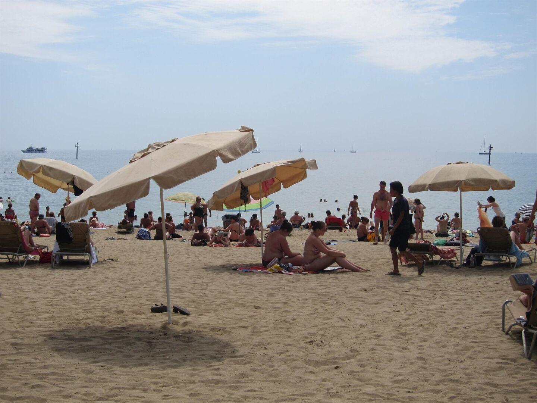 Desalojan una playa de Barcelona por un posible artefacto explosivo