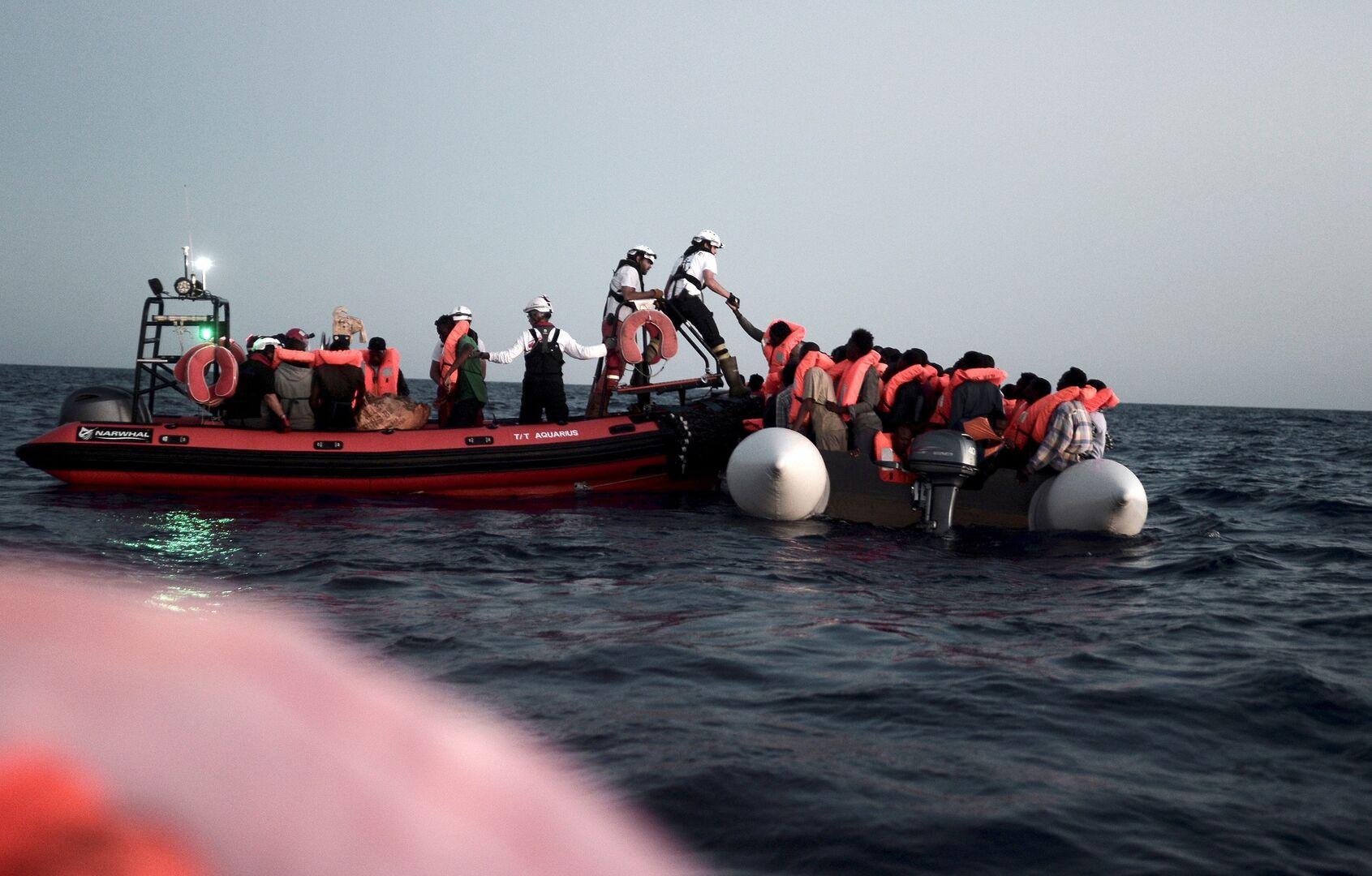 513ae3191 Fotografía facilitada por SOS Mediterranee a EFE del rescate de parte de  los 629 inmigrantes que fueron trasladados al barco 'Aquarius'.