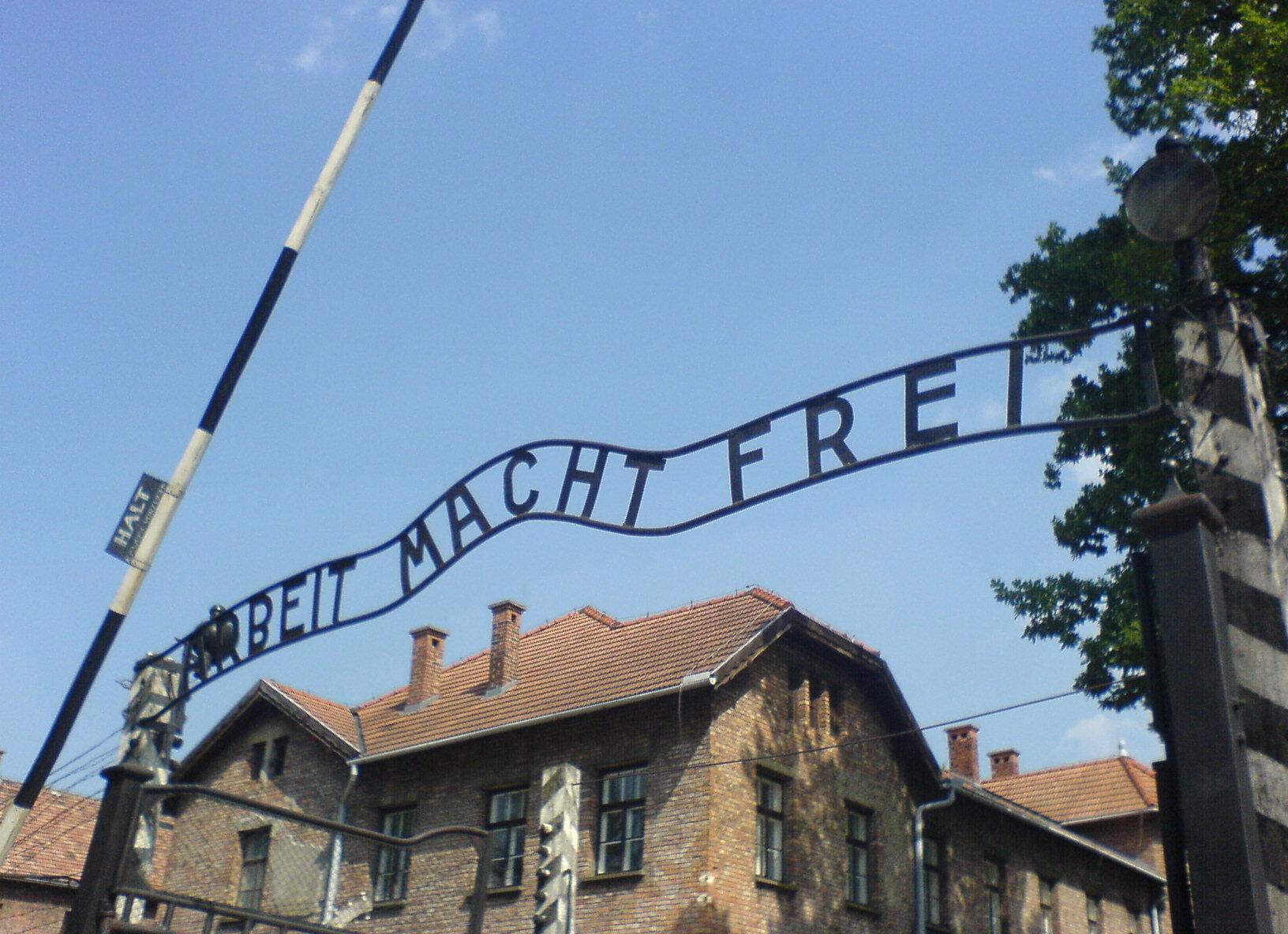 Auschwitz_entrance_1.JPG