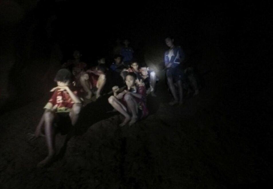 Los niños hallados vivos en una cueva de Tailandia tardarán meses en salir