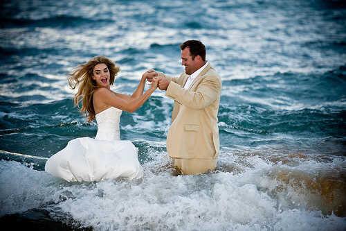 8dfc2c66 La peor inversión de una boda: el vestido de novia va al mar o a la ...