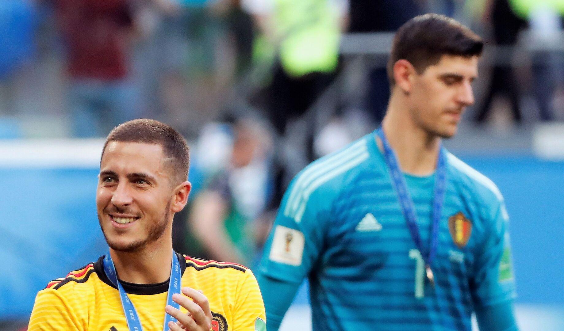 Hazard, junto a Thibaut Courtois.