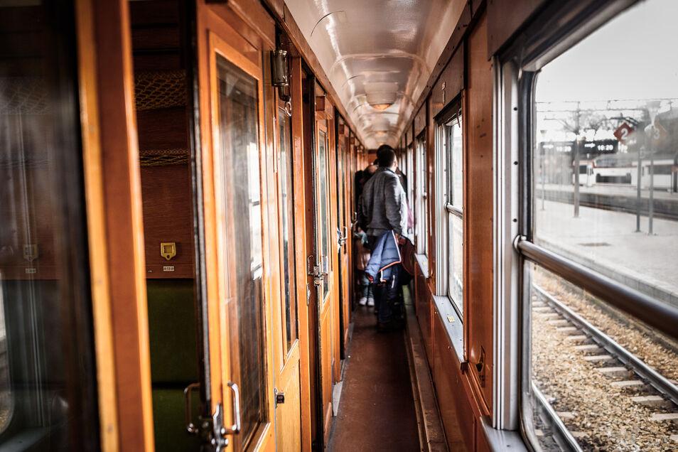 Un viaje al pasado, por un día, en el interior del tren que unió Segovia y Madrid