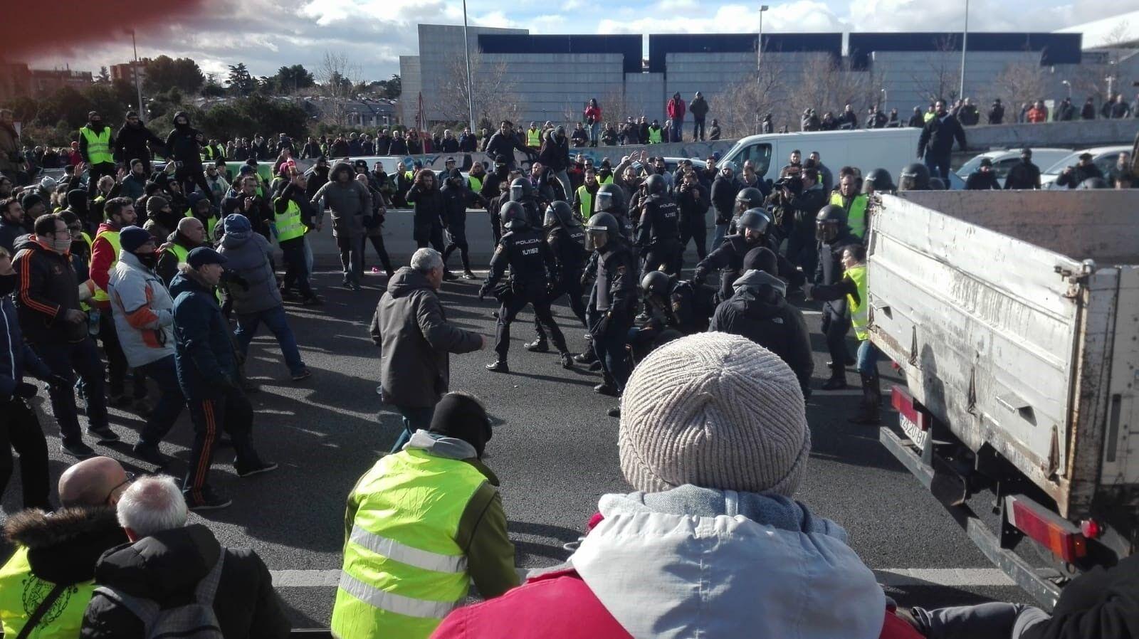 """El enfado de los madrileños crece por la violencia y los cortes de tráfico: """"No cogeré un taxi en mi vida"""""""