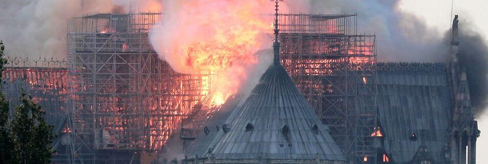 Espectacular incendio en la Catedral de Notre Dame de París