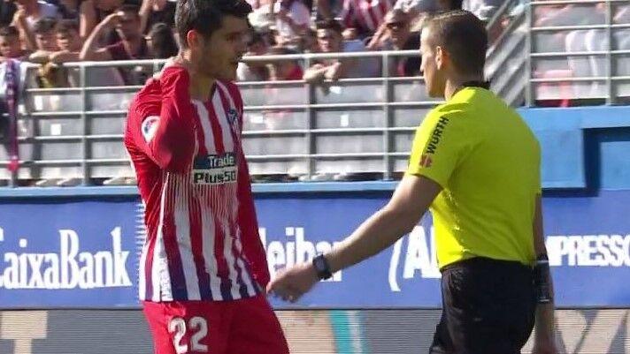 La 'colleja' del árbitro Alberola Rojas a Morata que irritó a Simeone y Koke