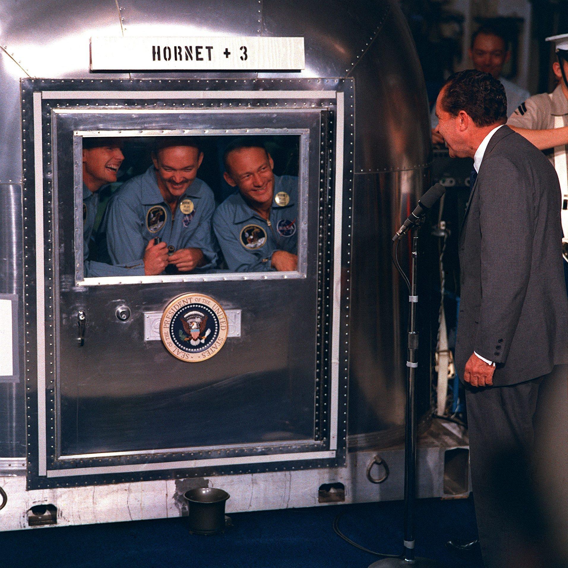 astronautas-apolo-11-y-nixon.jpg