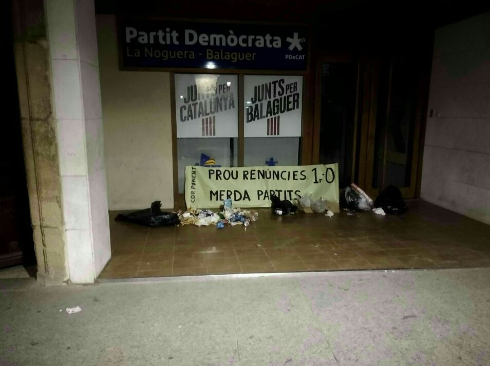 ERC y PDeCAT, víctimas de los CDR: dejan basura y excrementos frente a sus sedes