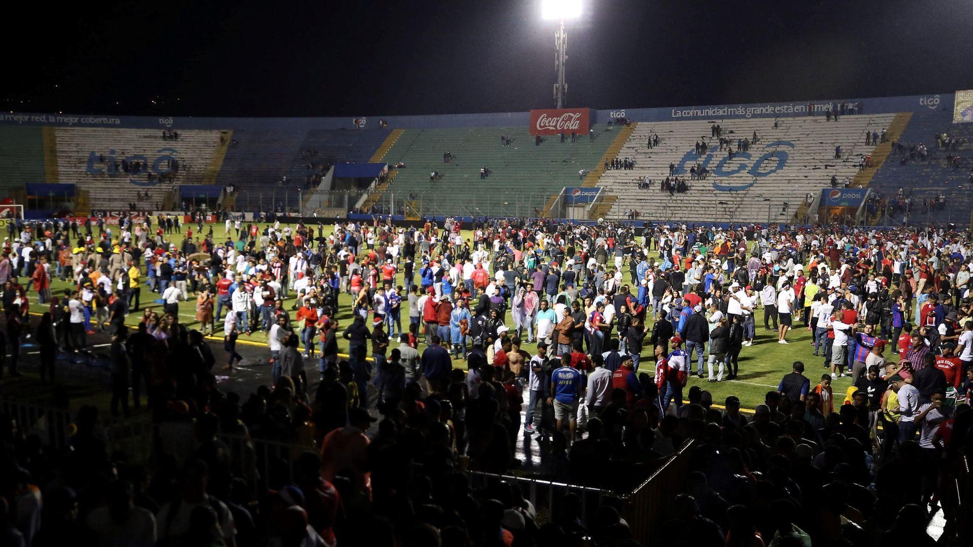 Tres muertos y una docena heridos por estampida en estadio fútbol en Honduras