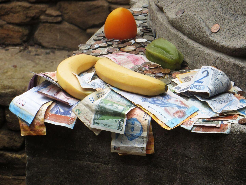 Venezuela, el país donde te puedes encontrar millones de billetes tirados en la calle