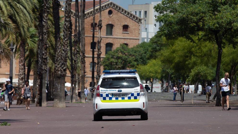 """La Guardia Urbana de Barcelona proporciona """"ropa de emergencia"""" a los bañistas víctimas de robos"""