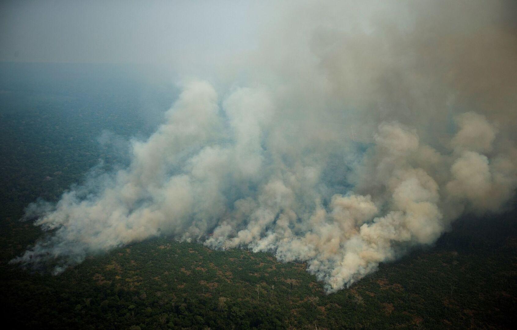 Bolsonaro envía al Ejército para combatir el fuego en la Amazonia mientras Trump ofrece su ayuda