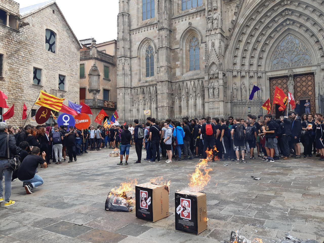 Empieza el vandalismo en la Diada: queman fotos del rey e intentan asaltar el 'Parlament'