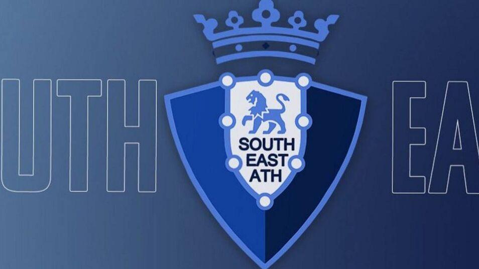 El South East Athletic, conjunto que milita en categoría de aficionados, se ha inspirado en el escudo del club rojillo, aunque su emblema es azul.