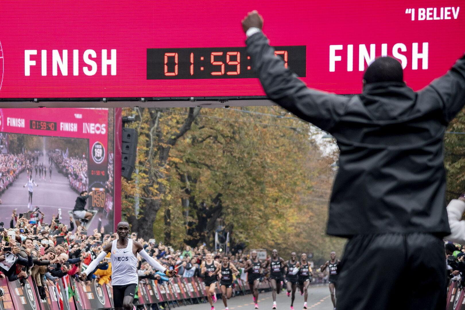 Hito histórico: Kipchoge destroza el muro de las dos horas en maratón