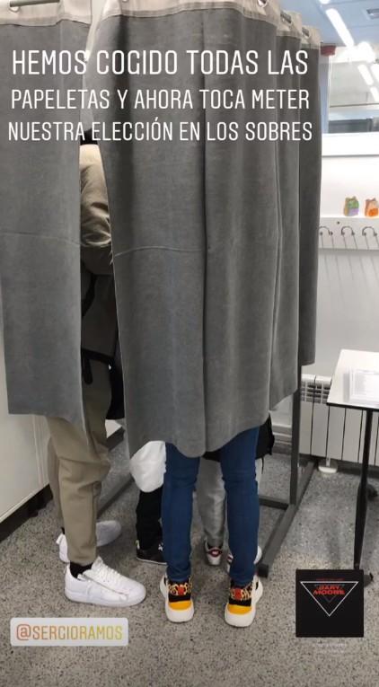 pilar-rubio-sergio-ramos-cabina-electora