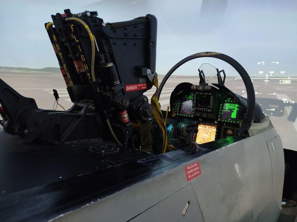 La cúpula de Defensa ha visita el Ala 12 del Ejército del Aire. Robles y el secretario de Estado han probado el simulador de vuelo del caza F18.