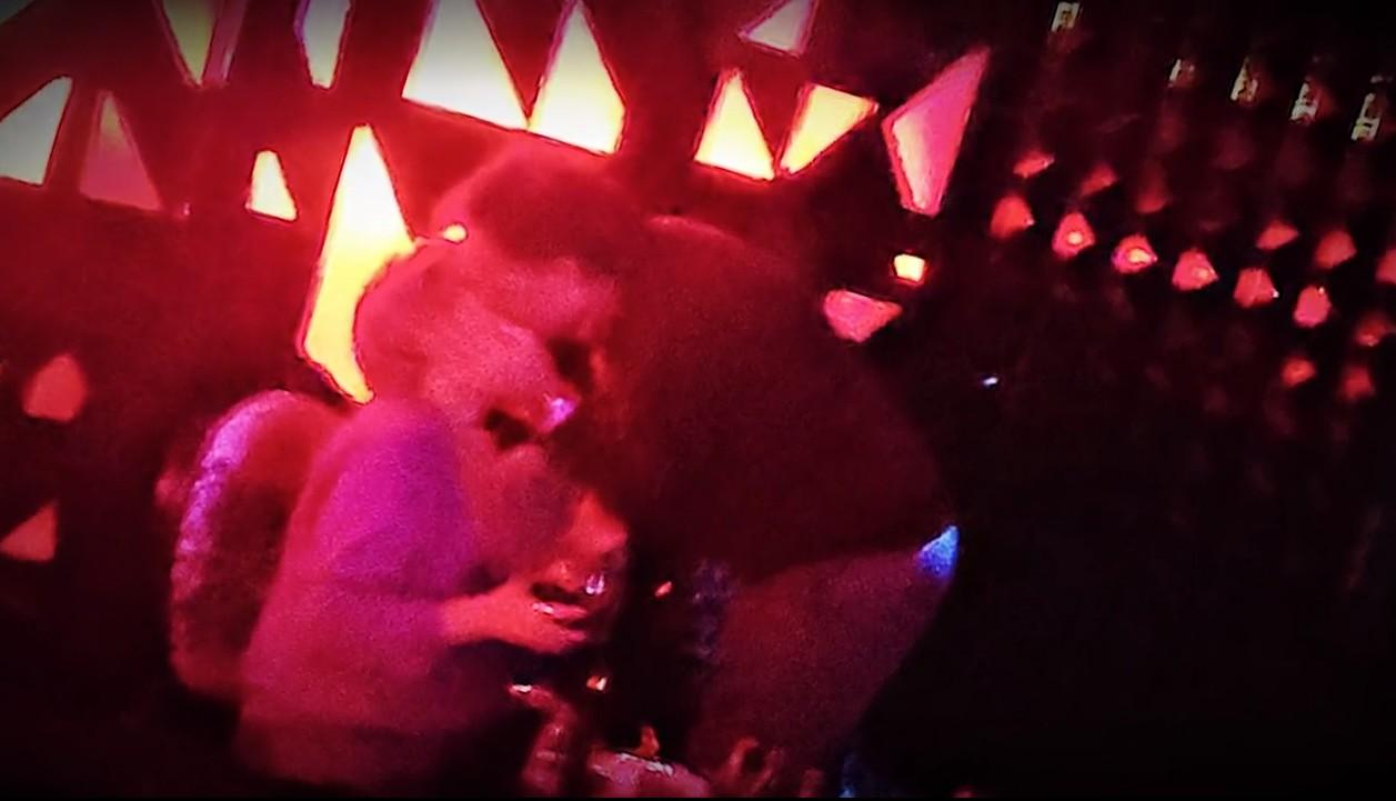 terelu-campos-beso-discoteca.jpg