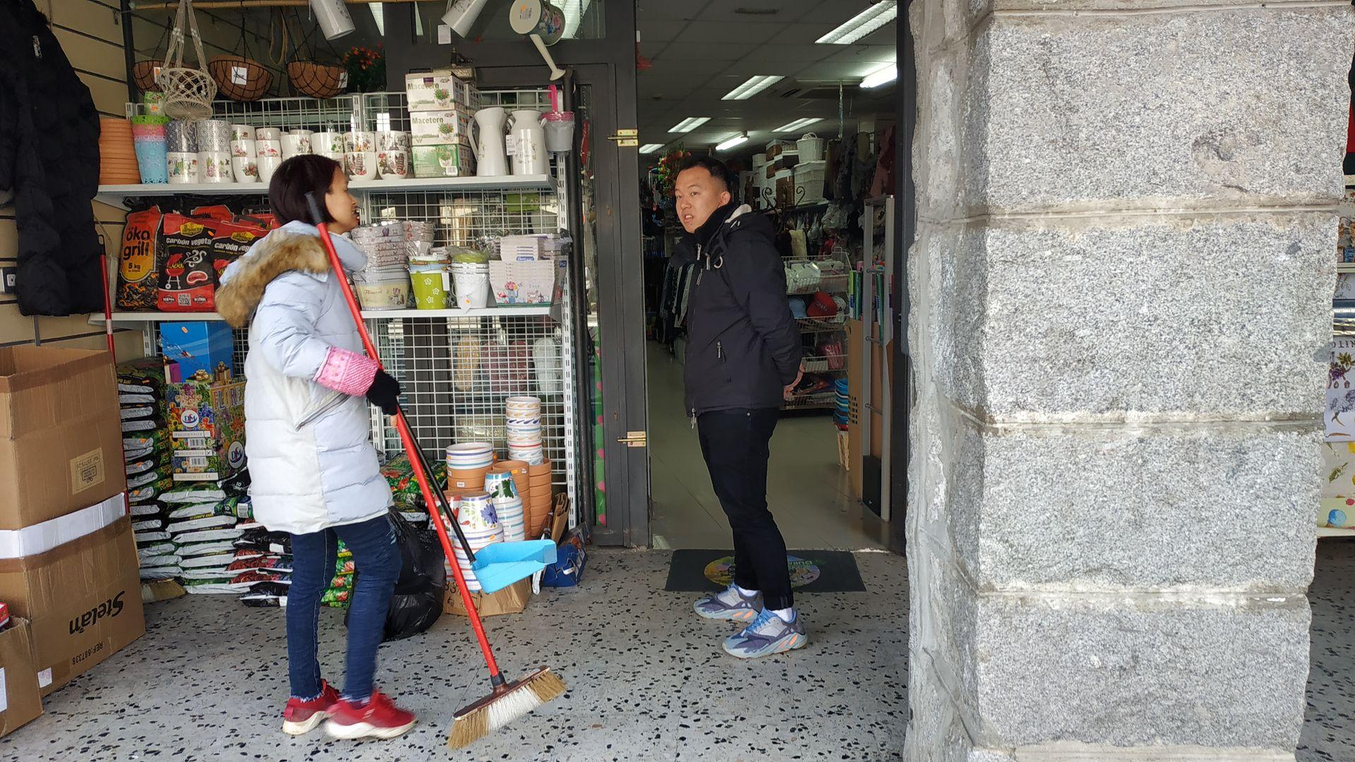 chinos-clientes-tienda.jpg