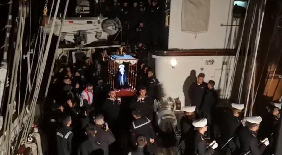 El barco está volviendo de su viaje de instrucción. Procesionaron una imagen de la Virgen de la Soledad, que fue comprada por el sacerdote del buque.