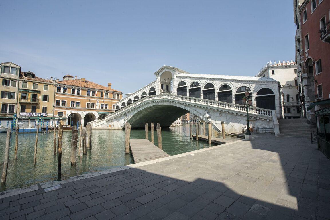 Seguro que has visto Venecia inundada ¿Pero la conoces sin agua? Venecia-italia-vacia-sin-turismo-arquitectura-00008
