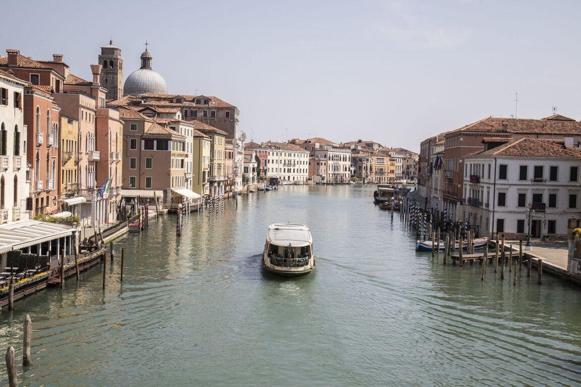 Seguro que has visto Venecia inundada ¿Pero la conoces sin agua? Venecia-italia-vacia-sin-turismo-arquitectura-00009