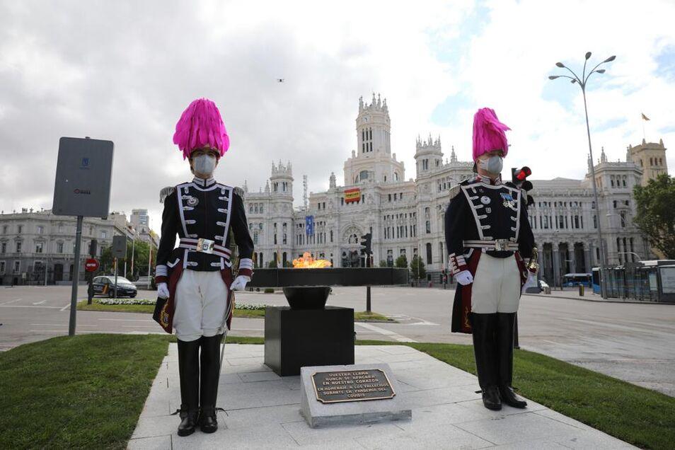 Se trata de un pebetero y una placa instalados en Cibeles que servirán de homenaje permanente a las víctimas de la covid-19.