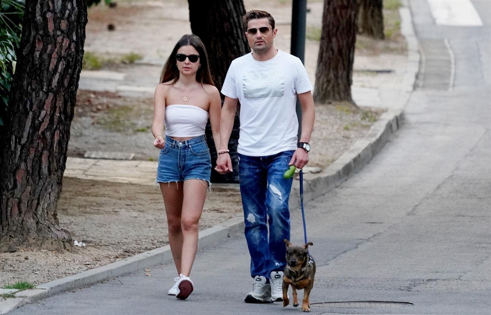 Alfonso Merlos y Alexia Rivas pasean felices pese al varapalo laboral
