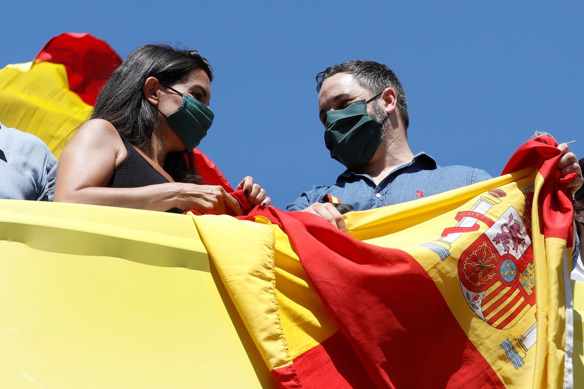 rocio-monasterio-santiago-abascal-vox-bandera-espana.jpg