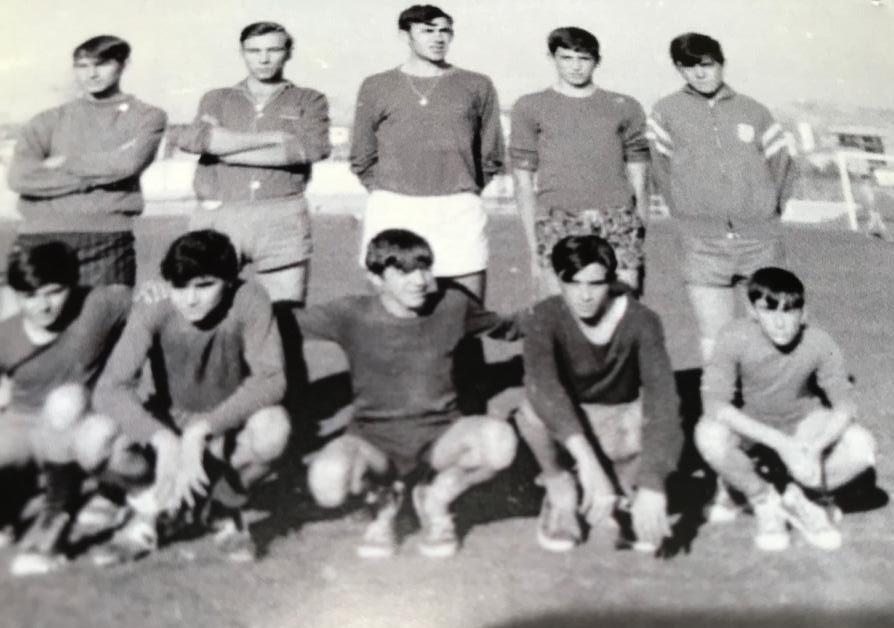 Federico, en el centro, con sus compañeros del equipo de fútbol.