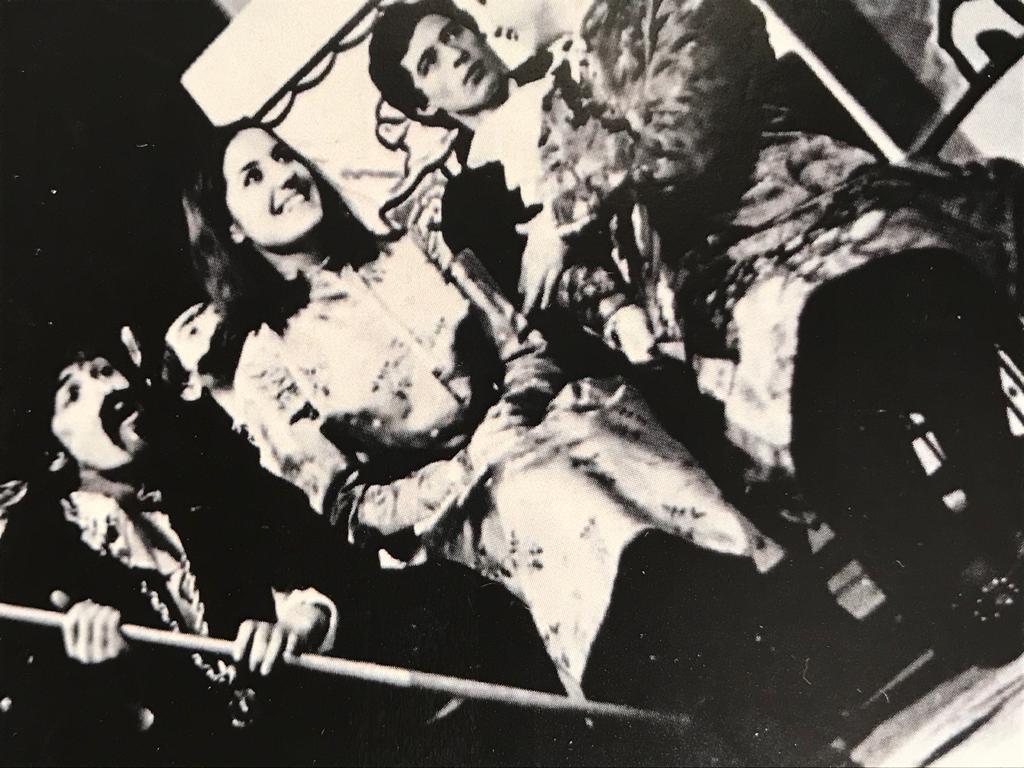 """Pilar Navarrete, sentada y con los ojos brillantes ante """"El retablo de las maravillas""""."""