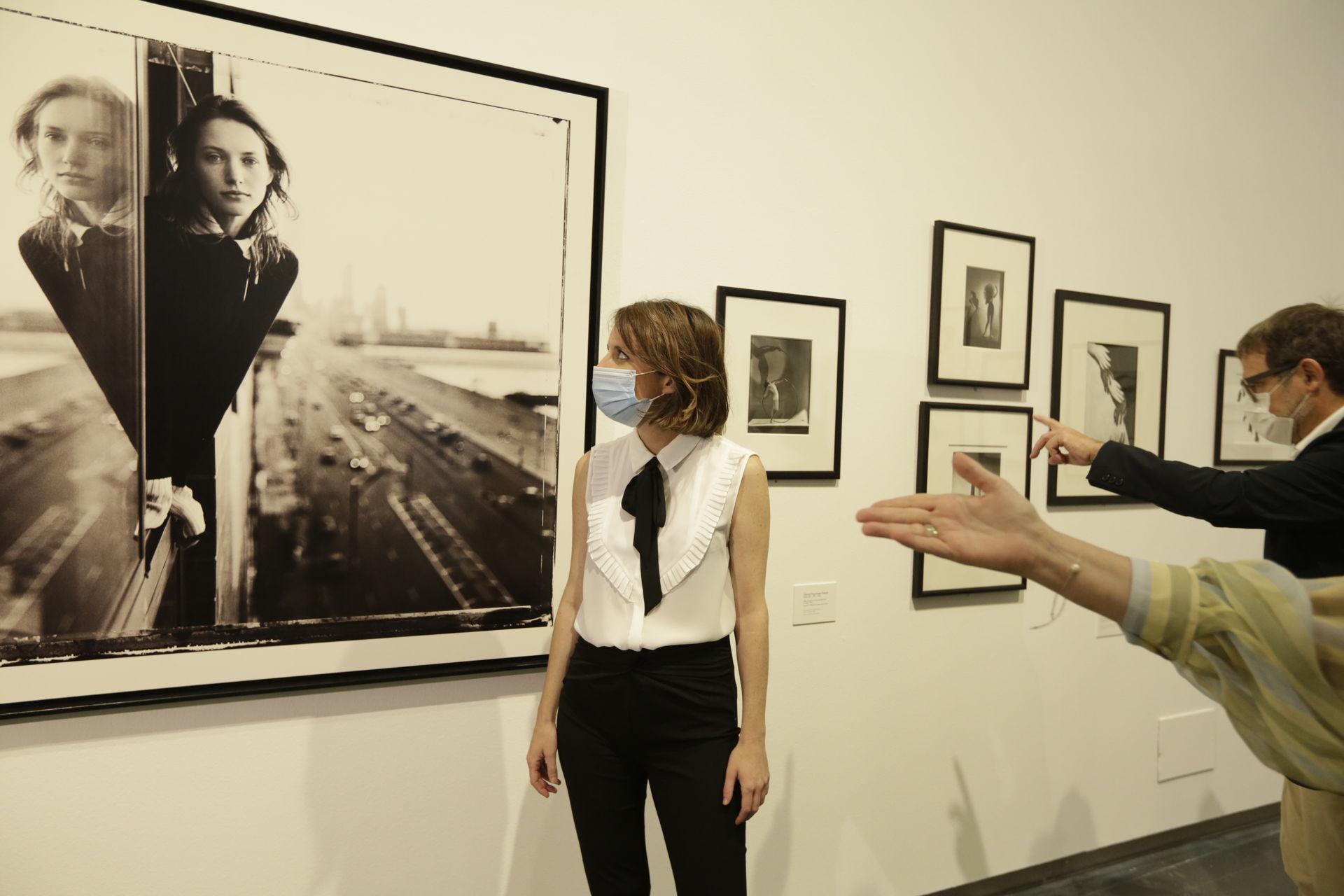 Andrea Levy admira la obra de Newton | Archivo