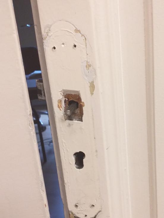 destrozo-puerta.png